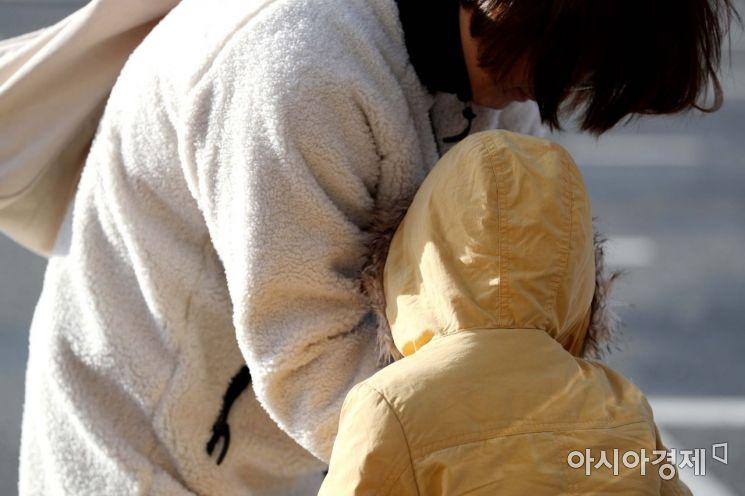 올가을 들어 가장 추운 날씨를 보인 19일 서울 광화문광장에서 두꺼운 옷을 입은 시민들이 발걸음을 옮기고 있다. /문호남 기자 munonam@