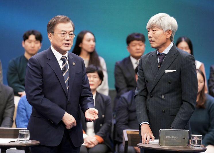 문재인 대통령이 19일 오후 서울 상암동 MBC에서 열린 '국민이 묻는다, 2019 국민과의 대화'에서 발언하고 있다. [이미지출처=연합뉴스]