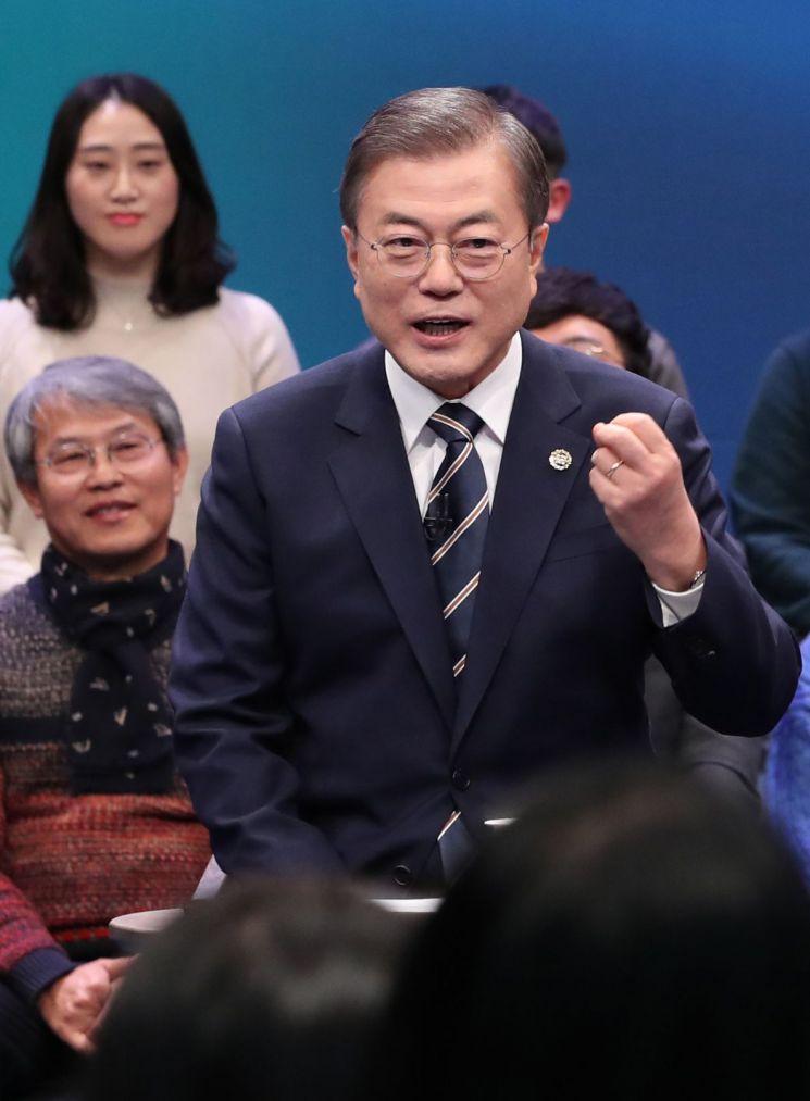 문재인 대통령이 19일 오후 서울 상암동 MBC에서 열린 '국민이 묻는다, 2019 국민과의 대화'에서 패널들의 질문에 답하고 있다. (사진=연합뉴스)