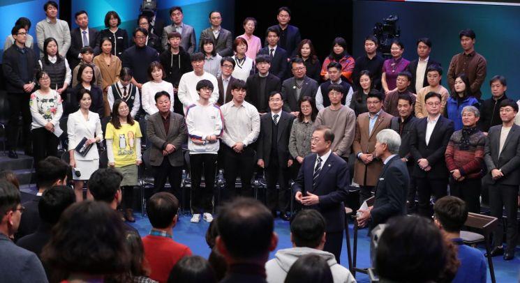 문재인 대통령이 19일 오후 서울 상암동 MBC에서 '국민이 묻는다, 2019 국민과의 대화' 시작 전 사회자 배철수 씨와 대화하고 있다. [이미지출처=연합뉴스]