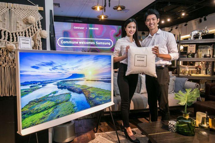 삼성전자가 18일(현지 시간) 싱가포르에 '더 세리프(The Serif)' TV를 출시하며, 현지 프리미엄 인테리어 가구 브랜드인 '커뮨(Commune)'과 손잡고 라이프스타일 TV 체험 공간을 마련했다. 삼성전자 모델이 더 세리프 TV  55형을 소개하고 있다.
