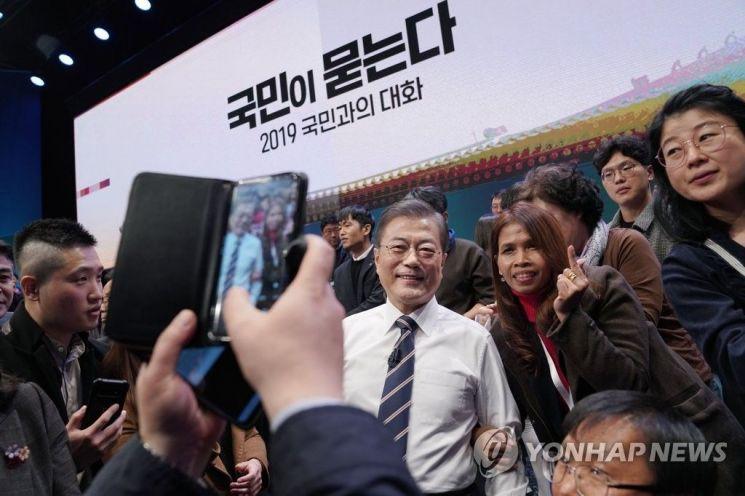 문재인 대통령이 19일 오후 서울 상암동 MBC에서 '국민이 묻는다, 2019 국민과의 대화'를 마친 뒤 국민 패널들과 기념촬영을 하고 있다. [이미지출처=연합뉴스]