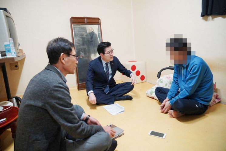 이정훈 강동구청장이 지난 11일 복지사각지대 가구를 직접 만나 이야기에 귀를 기울이고 있다.