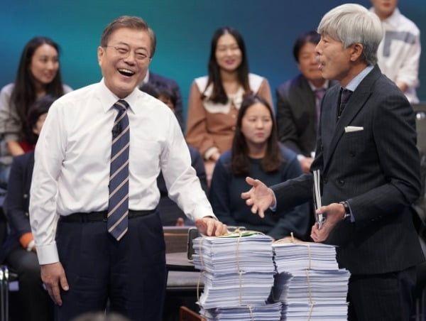 문재인 대통령이 19일 오후 서울 상암동 MBC에서 '국민이 묻는다, 2019 국민과의 대화' 종료 후 시간 관계상 받지 못한 질문지를 전달받고 있다. 사진=연합뉴스
