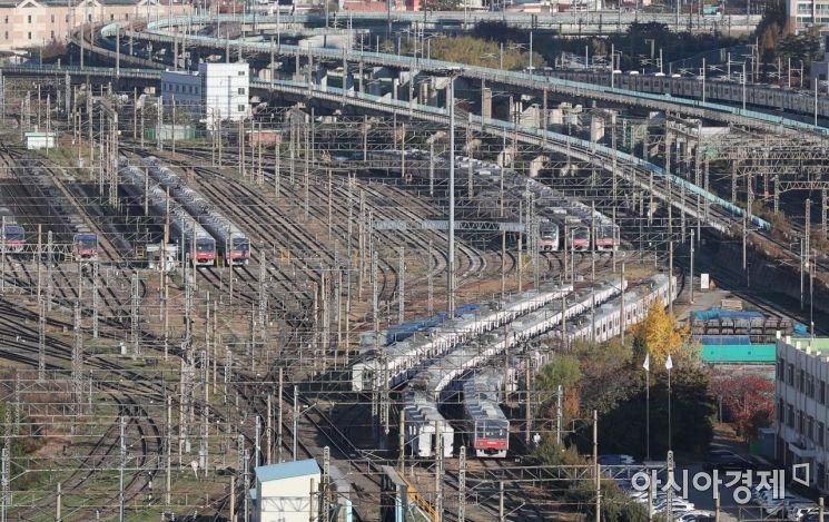 20일 철도노조가 무기한 총파업을 시작했다. 사진은 이날 서울 구로구 한국철도공사 구로차량사업소. /문호남 기자 munonam@