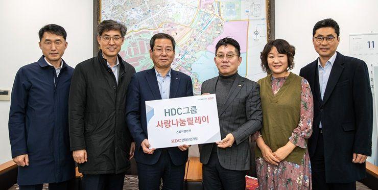 HDC그룹의 HDC현대산업개발은 지난 19일 서울시 용산구 한강대로 일대에서 저소득층 가정을 위해 육아 지원금을 전달했다. 왼쪽에서 세 번째 권순호 HDC현대산업개발 대표이사.