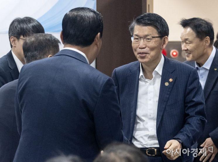 [포토] 인사 나누는 은성수 위원장·김도진 은행장