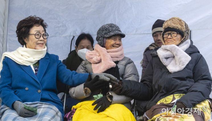[포토] 손 꼭잡은 위안부 할머니들