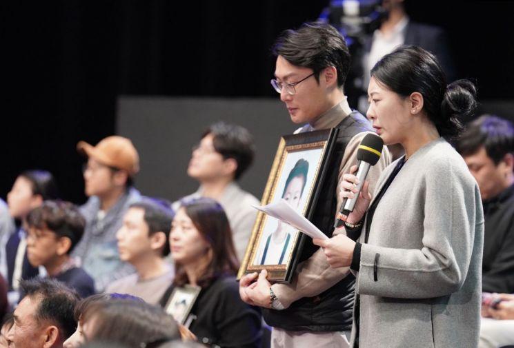 19일 오후 서울 상암동 MBC에서 열린 '국민이 묻는다, 2019 국민과의 대화'에서 고(故) 김민식 군의 부모가 문재인 대통령에게 질문하고 있다. 사진=연합뉴스