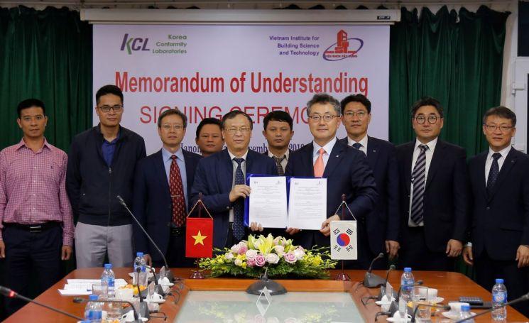 윤갑석 KCL 원장(앞열 오른쪽)과 응웬다이민 베트남 건축과학기술연구원 원장(앞열 왼쪽)이 21일 베트남 하노이에서 협약 체결 후 기념사진을 촬영하고 있다.