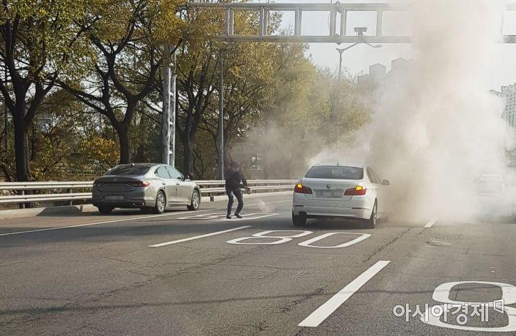 """""""차량 아래서 불꽃 튀었다"""" BMW 차량 도로 한복판서 또 화재"""