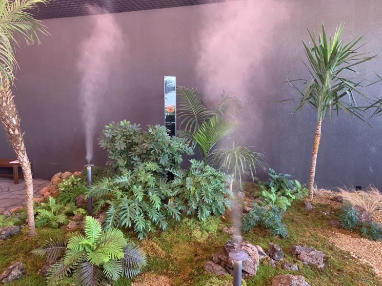 ▲ 아크로 갤러리 내에 조성된 실내 정원에서 미세먼지 신호등이 '매우 나쁨'으로 바뀌자 먼지를 가라앉히는 안개가 자동으로 분사되는 모습. (사진=이춘희 기자)