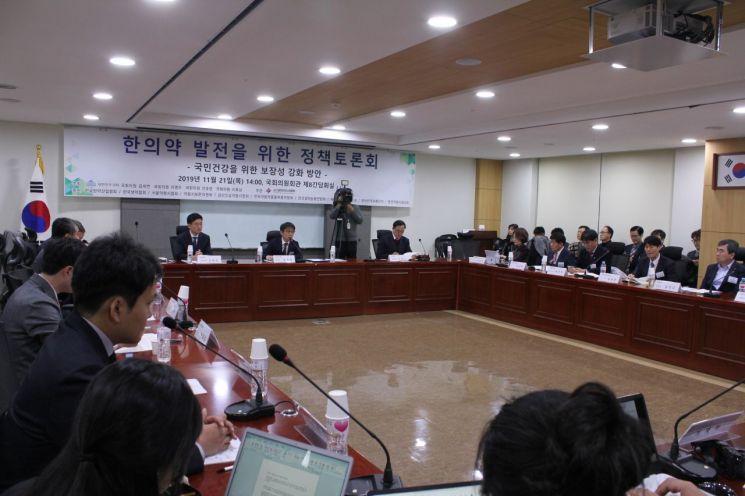 국회 보건복지위원장을 맡고 있는 김세연 자유한국당 의원 등이 주최하고 대한한의사협회가 주관한 한의약발전 정책토론회가 21일 국회 의원회관에서 열렸다.