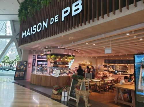 지난 9일(현지시각) 오전 10시 개장 직후 메종드피비 싱가포르 창이국제공항 주얼점 전경. 손님들이 매장에 착석해 음식을 먹거나 테이크아웃을 해가고 있다. 사진=차민영 기자