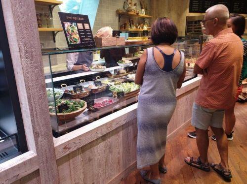 메종드피비 싱가포르 창이국제공항 주얼점에서 고객들이 샐러드 메뉴를 고심하고 있다.