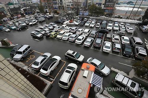 한 주차장이 차량으로 꽉 차 있다. 사진은 자료사진으로 기사 중 특정표현과 관계없음.