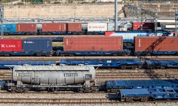 사흘째 철도 총파업이 이어지며 화물열차의 운행률이 당초 예상보다 낮은 30% 미만에 그친 22일 경기 의왕시 오봉역 컨테이너야드 선로에 화물열차가 정차하고 있다./의왕=강진형 기자aymsdream@