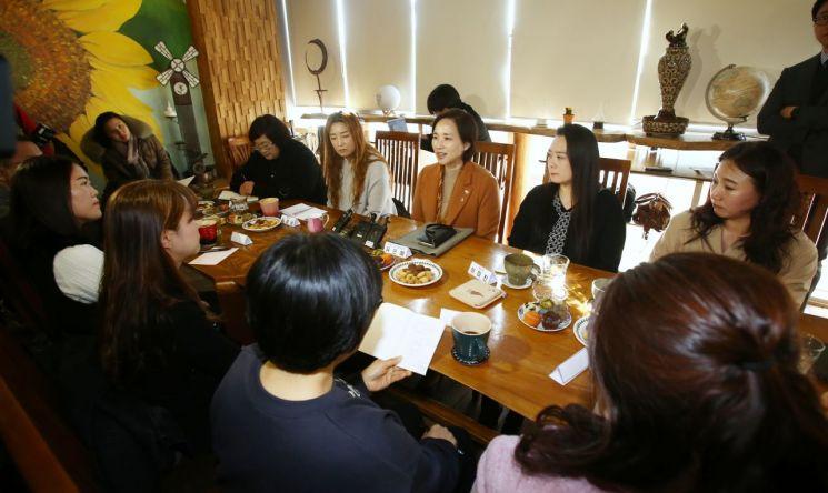 유은혜 사회부총리 겸 교육부장관이 22일 오전 세종시의 한 커피숍에서 대입제도 개선과 관련해 학부모들과 간담회를 하고 있다.