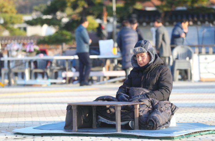황교안 자유한국당 대표가 22일 오전 청와대 분수대 광장에서 3일째 단식투쟁 하고 있다.[이미지출처=연합뉴스]
