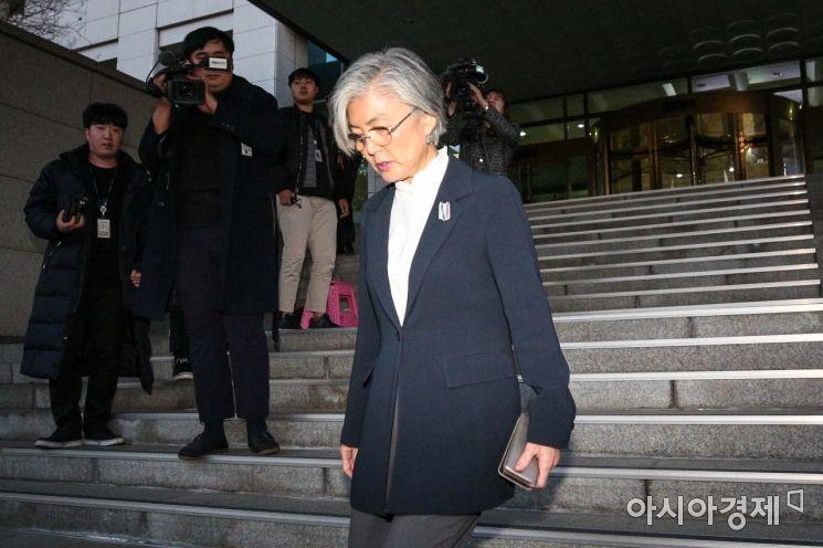 강경화 외교부 장관이 일본 나고야에서 열리는 주요 20개국(G20) 외교장관회의 참석을 위해 22일 서울 종로구 외교부 청사를 나서고 있다./강진형 기자aymsdream@