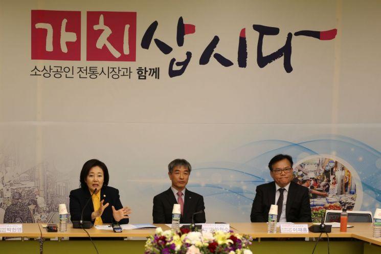 박영선 중소벤처기업부 장관이 22일 서울역에서 열린 전국상인연합회 회장들과의 간담회에서 발언하고 있다.