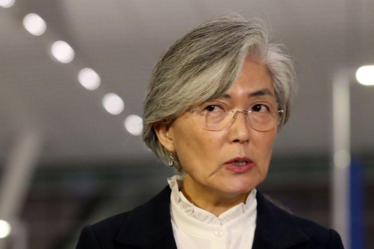 강경화 외교부 장관이 22일 오후 인천국제공항을 통해 일본으로 출국하며 취재진의 질문에 답하고 있다.  <사진=연합뉴스>