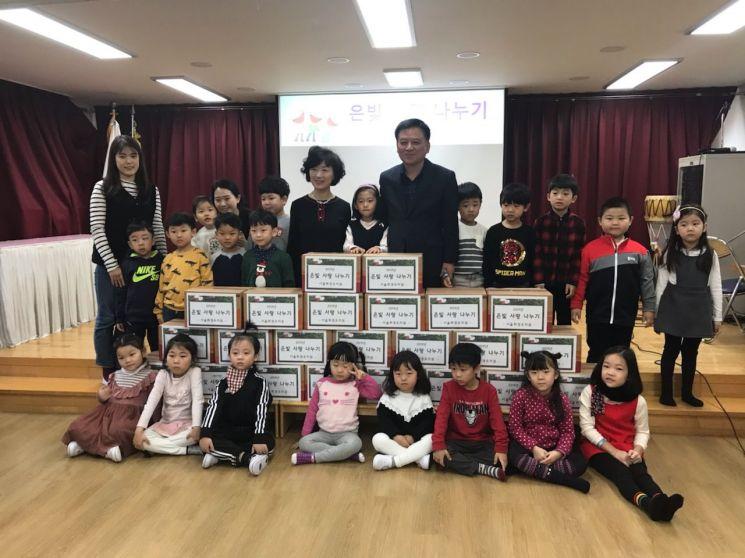 22일 휘경유치원 원아와 학부모들이 홀몸어르신 가구 위해 김장김치 및 쌀을 기탁했다.