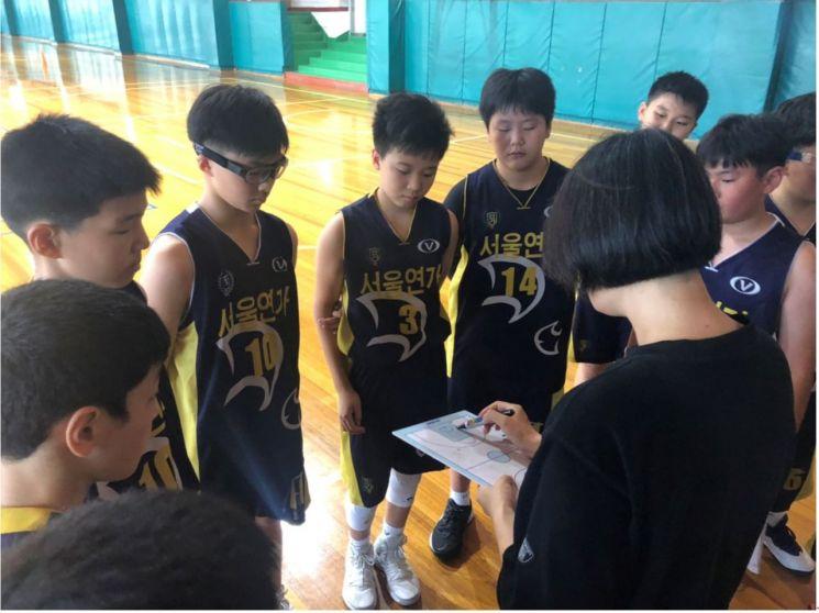 임혜영 코치가 선일초등학교와의 연습경기 중 선수들에게 작전을 지시하고 있다.