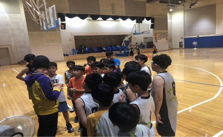 임혜영 코치가 주말에 훈련하는 오디션팀과 선수팀을 지도하고 있다.