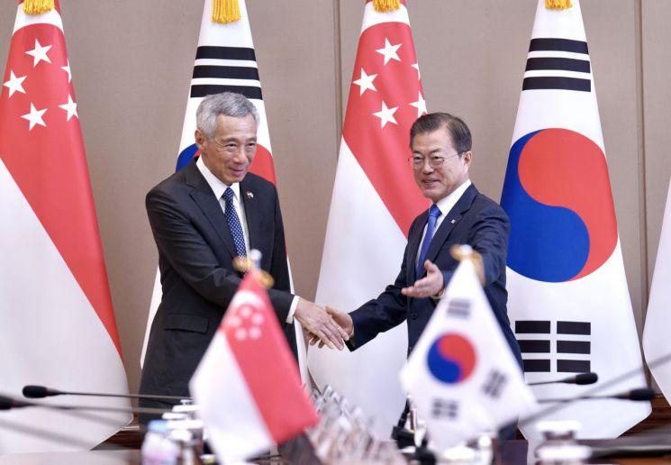 문재인 대통령이 23일 오전 청와대에서 리셴룽 싱가포르 총리와 정상회담에 앞서 악수하고 있다.  사진=연합뉴스