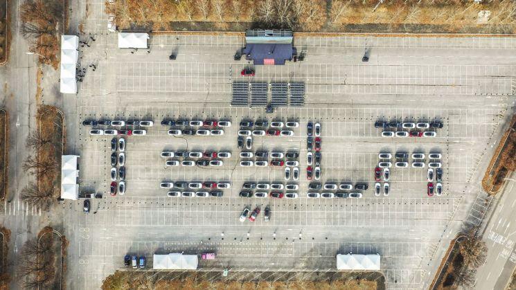 테슬라 영문 알파벳(TESLA) 모양으로 주차된 모델 3 차량의 모습./사진=테슬라코리아
