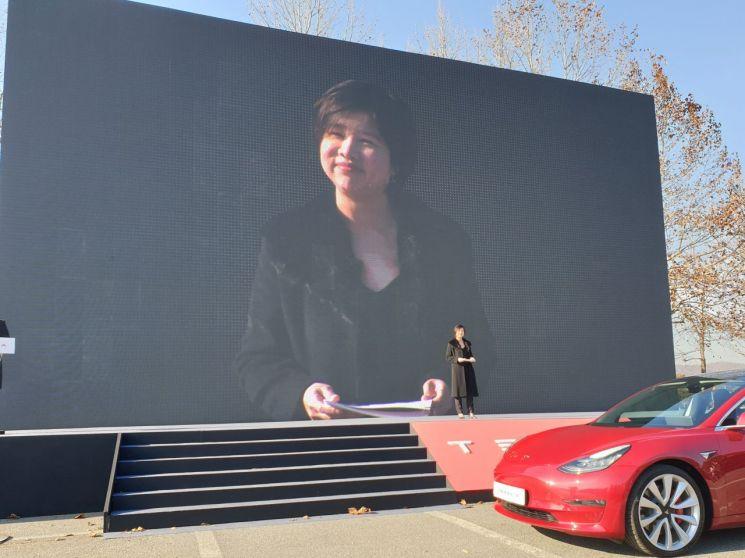 이본 챈 테슬라코리아 컨트리디렉터가 22일 경기도 과천 서울대공원 주차장에서 열린 '모델3' 대규모 인도 행사에서 브랜드 전략을 설명하고 있다./사진=우수연 기자