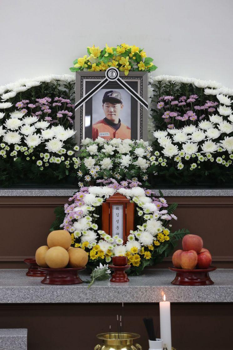 23일 오후 광주 서구 한 장례식장에 한화 이글스 투수 유망주 김성훈의 빈소가 차려져 있다. 김성훈은 이날 오전 5시 20분께 광주 서구 한 건물 9층 옥상에서 7층 테라스로 추락해 사망했다. / 사진=연합뉴스