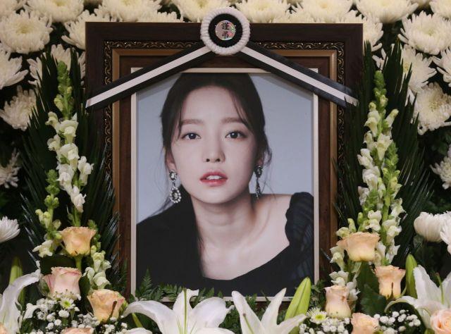 지난해 11월25일 서울 성모병원 장례식장에 마련된 가수 고(故) 구하라의 빈소. [이미지출처=연합뉴스]