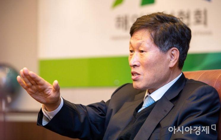 이건기 해외건설협회 회장이 29일 서울 중구 해외건설협회에서 인터뷰하고 있다./강진형 기자aymsdream@