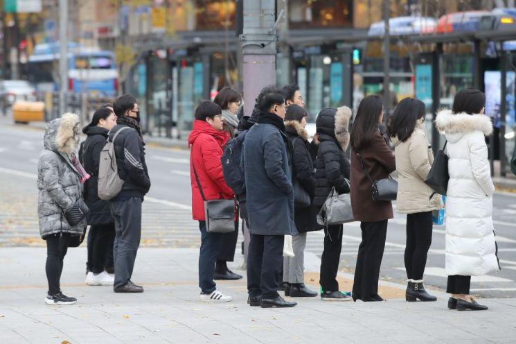 중부지방에 아침 기온이 영하권으로 떨어진 지난달 25일 오전 서울 종로구 광화문 네거리에서 두꺼운 외투를 입은 시민들이 발걸음을 옮기고 있다. / 사진=연합뉴스