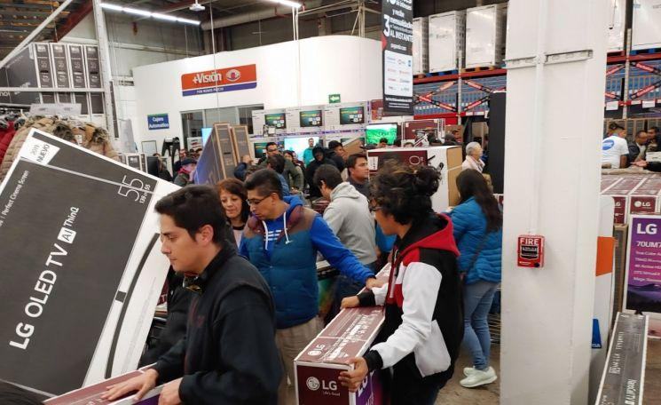 연말 쇼핑시즌을 맞아 멕시코시티의 샘스클럽 매장을 찾은 고객들이 올레드 TV, 나노셀 TV 등 LG TV를 구입하기 위해 대기하고 있다.