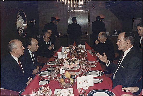 마히일 고르바초프 전 소련 공산당 서기장(왼쪽)과 조지 H.W. 부시 전 미국 대통령이 몰타회담에서 마주앉아 있다.(사진=위키피디아)
