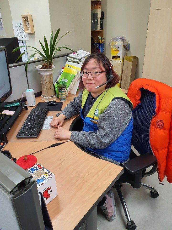 정해미 사원이 사무실 컴퓨터 앞에 앉아 있다.  / 오상도 기자 sdoh@