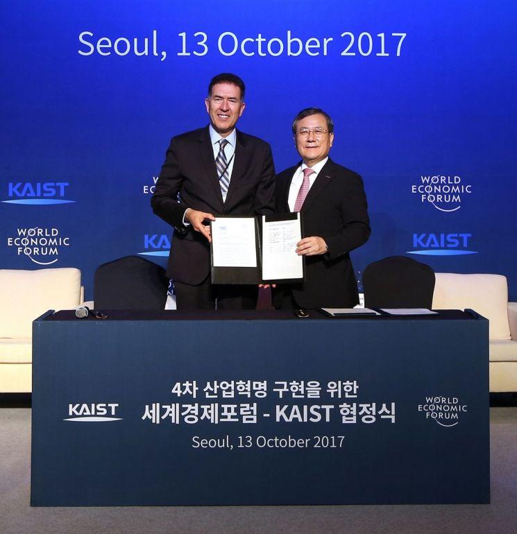 무라트 손메즈 세계경제포럼(WEF) 4차산업혁명센터장(왼쪽)과 신성철 한국과학기술원(KAIST) 총장이 지난 2017년10월 WEF-KIAST 협정식에서 기념사진을 찍고 있다.