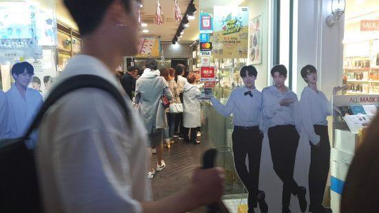 현재는 문을 닫은 VT코스메틱 명동점. 지난 5월 말 방탄소년단(BTS)의 팬인 외국인 관광객들로 내부가 분주한 모습.
