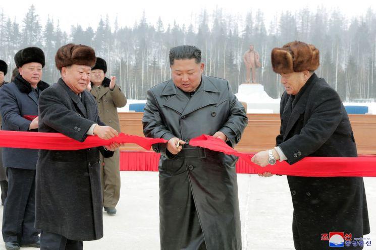김정은 북한 국무위원장이 지난 2일 백두산 삼지연군 읍지구 준공식에 참석해 준공테이프를 끊었다고 조선중앙통신이 3일 보도했다.