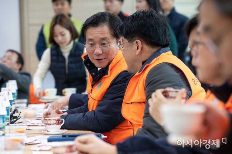 주황색 조끼를 입은 남성 중 왼쪽이 성윤모 산업통상자원부 장관./강진형 기자aymsdream@