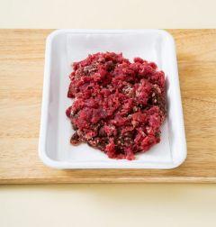 1. 다진 쇠고기는 키친타월로 핏물을 말끔히 제거한다.