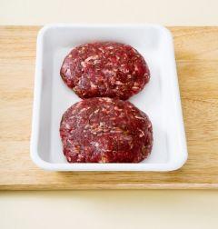 3. 분량의 양념장 재료를 골고루 섞은 다음 다진 쇠고기에 넣고 끈기가 생길 때까지 치대어 동글납작한 모양으로 빚는다.