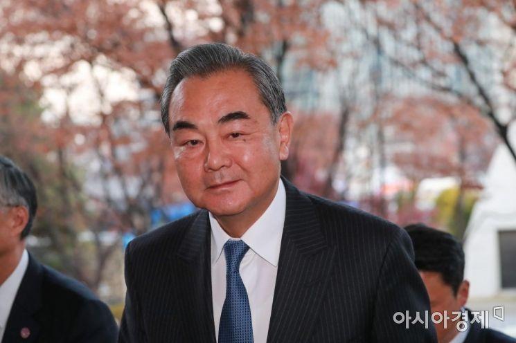 왕이 중국 외교부장이 4일 오후 강경화 외교부 장관과 회담을 위해 외교부청사를 들어오고 있다./강진형 기자aymsdream@
