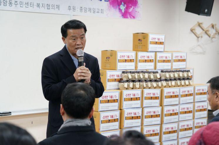 이승로 성북구청장이 3일 종암동 주민센터에서 열린 '따뜻한 겨울나기 사랑의 김치 나눔' 행사에서 어르신들에게 안전한 겨울을 보내도록 당부말을 전하고 있다.