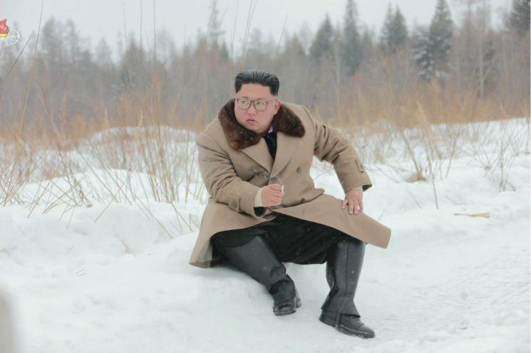 김정은 북한 국무위원장이 군 간부들과 함께 군마를 타고 백두산에 올랐다고 조선중앙TV가 지난 4일 보도했다. 사진은 중앙TV가 공개한 것으로, 눈밭에 주저앉아 있는 김 위원장의 오른 손에 담배가 들려 있다.