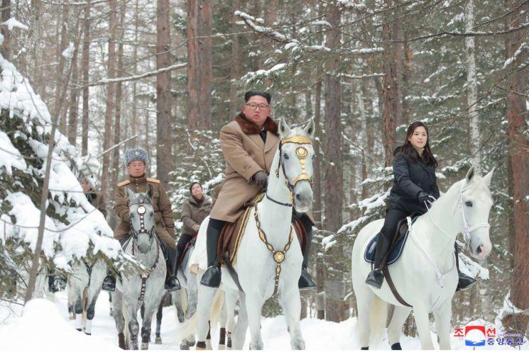 김정은 북한 국방위원장이 부인 리설주 여사와 함께 '백두산지구 혁명전적지들'을 둘러보는 모습을 4일 조선중앙통신이 보도했다.