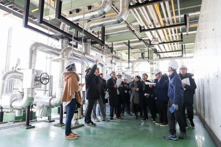 4일 오전 난방공사 관계자(왼쪽 두번째)가 동탄연료전지발전소 내부를 시설을 소개하고 있다.